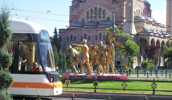 Son yıllarda oluşan şehircilik anlayışı ve projeleriyle Eskişehir yeni bir çevreye bürünüyor. Porsuk Çayı'nın iyileştirilmesi, tranvayın şehri bir baştan diğer başa kat edişi, yayayollarının tamamlanması...
