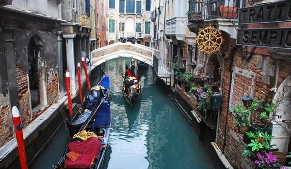 Birbirine küçük köprüler ile kenetlenmiş yüzlerce parça adacıktan oluşan .. Suların arasında daracık sokakların olduğu, şehrin içinde kıvrılan kanalların üzerinde gondolların gezinti yaptığı … MASKELERİ...